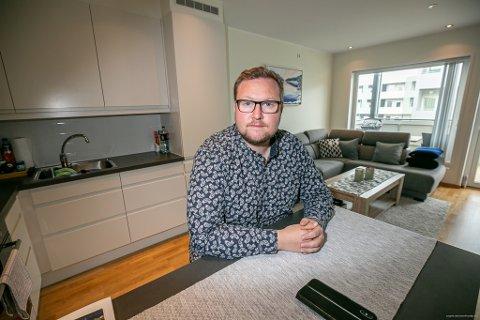 FIKK HAT-BESØK: - Når man er ute i gata så er en mer forberedt, men ikke hjemme hos seg selv, forteller kommunepolitiker Erlend Svardal Bøe.