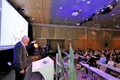Stig Nerdal i Transportutvkling mener det er mulig å få mer av sjømateksporten ut av landet med tog. Her på årsmøtet til Sjømat Norge.