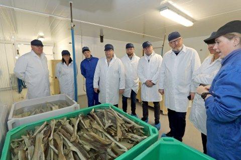 TAR SEG TID: Liv Margrethe Hansen viser representanter fra Equinor hvordan de produserer boknafisk. Adm.dir Kay-Hugo Hanssen i Kræmer Maritime til venstre.