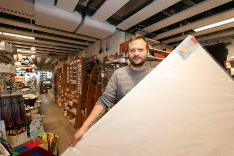 KRISEMALING: Ole Kristian Henriksen har sjelden solgt så mange store lerret som under lockdown i vår. Butikken har klart seg godt gjennom krisen, og ser fremover.