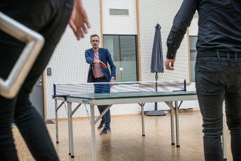 KAMPENS HETE: Yngve Larsen i bordtenniskamp på jobben.