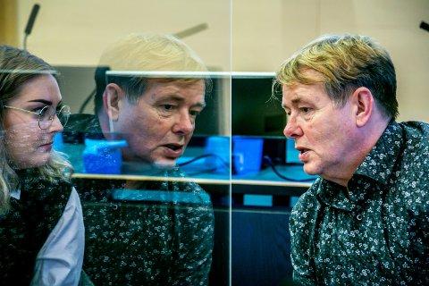 I RETTEN: Arne Kjell Johansen i dialog med bisitter og tillitsvalgt Julia C. Östman Johnsen under rettssaken.