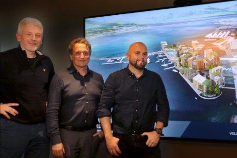 Direktør Erik Espejord, Roar Dons og arkitekt Tord Kvien i Niels Torp arkitekter foran illsutasjoner av nye (By)-stranda.