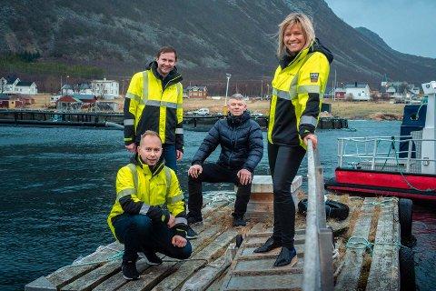 STORSATSING: (f.v)Hans-Ole Nordahl, Sverre Benjaminsen, Roy Alapnes, Nina Hansen. Oppdrettsanlegget tilhører Flakstavåg Laks.