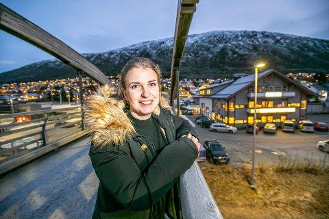 BLIR SJEF: Mari Johnsen (33) tar ved nyttår over sjefsstolen hos BME Johnsen. Her står hun på ett av selskapets prosjekter, gangbrua på Tomasjord.