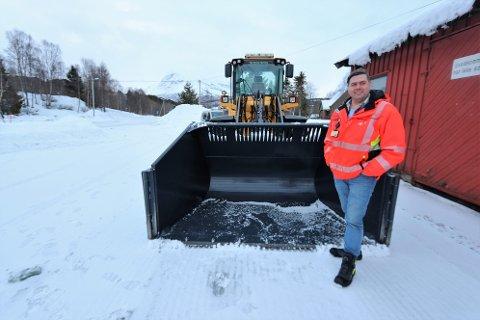 RYDDER SNØ: Baks tilbyr snørydding og strøing på Hatteng. Pågangen ble så stor da lavtrykkene slo inn at Døhl har oppgradert til større traktor.