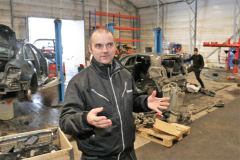 PEILING PÅ BIL: De ansatte på Tromsø bildelsenter AS har varierte dager, og vet aldri hvilket merke som ruller inn neste gang. - Skal du kjøpe en bruktbil bør du egentlig spørre en av de gutta hva de anbefaler, mener Bjarte Kaldestad.