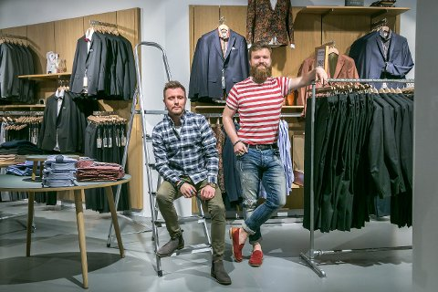 SOLID/BERTONI:Butikksjef Dag Martin Wærås (til venstre) har sin siste arbeidsdag på Jekta på ubestemt tid.  Robin Engjom til venstre.