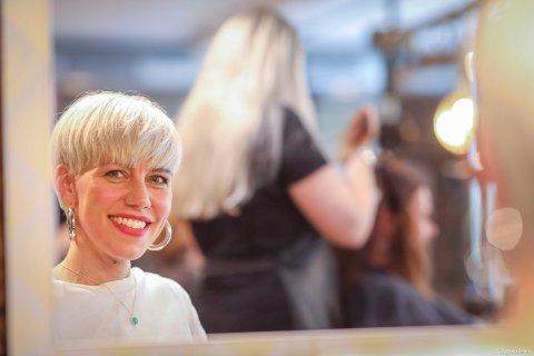 I SAMME BÅT:Linn Veronica Hansen driver Høst Frisør. Nå er alle ansatte permittert og inntektene null.
