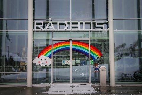 ALT BLIR BRA....Rådhuset i Tromsø der skiltmaler Gundersen har laget en optimistisk regnbue.