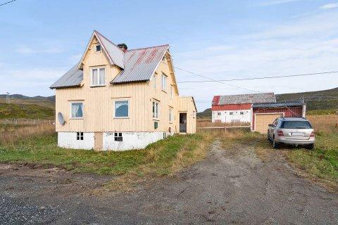 NOE Å PUSLE MED: Bygningsmassen er sterkt forfalt. I boligen er det lekkasjer både fra tak og i kjeller. Det skremte ikke kjøperne.