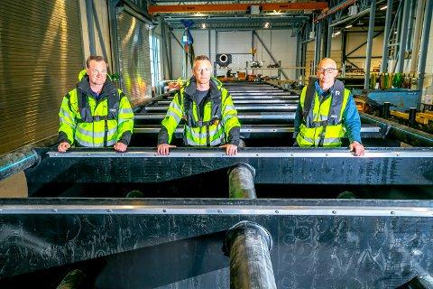 INNOVASJON: Fra venstre daglig leder Olav Småbakk, avdelingsleder Gaute Kværnstuen og konsernsjef Torgrim Rørtveit i Nofi viser fram en liten del av sin nyeste konstruksjon.