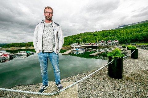 GARSNES BRYGGE: Det hele startet med en å bygge en platting hvor jeg og kompiser satt og tok en øl, forteller Andreas Utstøl. I dag er det Garsnes Brygge – en restaurant det går gjetord om, 40 sengeplasser i nybygde rorbuer og leiligheter - i tillegg til båtfolket i marinan og campinggjestene.