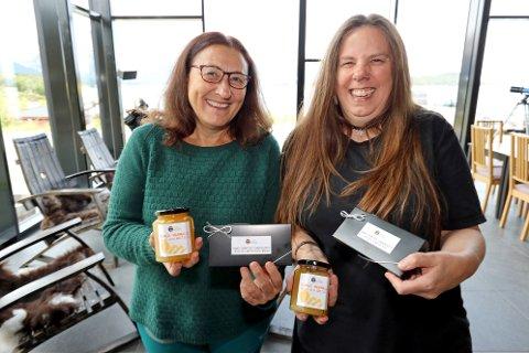SKAPTE NY BEDRIFT: Kirsti Sollid (t.v..) og Sarah Burrows mistet begge oppdrag på grunn av korona-pandemien. Nå starter de opp The Arctic Chauldron og satser på syltetøy og sjokolade med lokale smaker. Kundene står i kø.