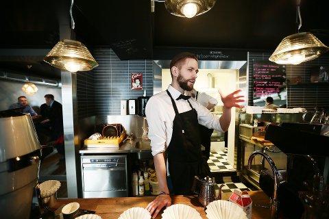 VANSKELIG ÅR: Til tross for økte inntekter, gikk Risø Mat & Kaffebar med underskudd i fjor. Nå håper innehaver Arne Risø Nilsen at det snur.