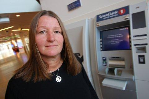 FJERNES: Senterleder Laila Myrvang på Jekta fikk beskjed i forrige uke  om at SNN vil fjerne de to minibankene på kjøpesenteret. Allerede fredag kan de være avviklet.