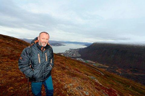 HOPPER I DET: Petter Kvalsvik har drevet med strikkhopp siden 1992. Hans selskap har blant annet bygget opp aktivitet rundt Gorzabra i Kåfjord. Nå vil han lage zipline fra Fjellheisen til Tromsdalen. Her fotografert ved den påtenkte øvre stasjonen.