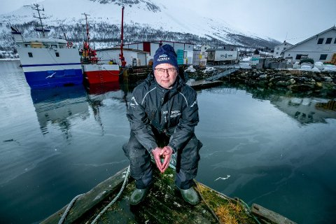 FÅR TELEFONER: Hans Ivar Pedersen ved Oldervik Fiskeindustri AS opplever noe nytt i år: Folk ringer brukene etter jobb i fiskeindustrien.