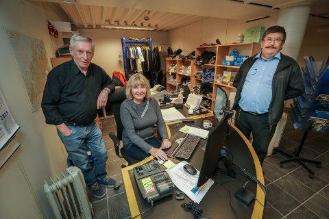 TRIOMS TAXI: I dag på kontoret finner vi Ole Johansen, Liv Grethe Kristiansen og Rayner Ervik. Sistnevnte er medeier og innom for å drikke kaffe mens pasienten han kjører er på UNN.
