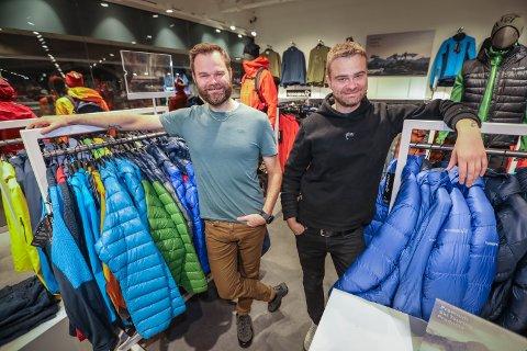 GENERASJONSSKIFTE: Geir Arne Johansen og Eivind Johansen driver butikken Jobb og Fritrid videre.