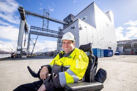 TRIVES PÅ FABRIKKEN: Geir Håvard Larsen er så glad i jobben sin at han heller vil være her enn hjemme,