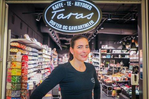 NUMMER FIRE: Mette Mack driver allerede tre butikker i Tromsø. To stykker Taras og godtebutikken SweetHeart. Her åpner hun nummer fire i Tromsdalen (Foto: Yngve Olsen)