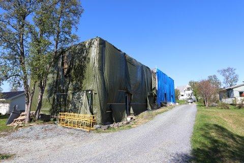 FORUNDRINGSPAKKE: Byggeprosjektet i Lanesvegen ble sikret for vinteren av kreditor DNB. Under presenningene skjuler det seg fire halvferdige rekkehus.