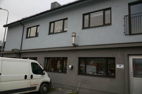 ULOVLIGE LÅN: Focus Care Norge har gitt ulovlige lån til sine eiere. Én av disse ble nylig dømt for underslag av skattepenger i et annet selskap. Selv om sjefene og eierne bor i Trondheim, har selskapet hovedkontor i det avbildede bygget midt i Kirkenes. Finnmarksadressen kan helt lovlig spare selskapet for millioner i arbeidsgiveravgift hvert år.