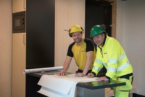 DIGITIMBER: Vegard Aas og Dag Ivar Indahl planlegger dagen på byggeplassen.