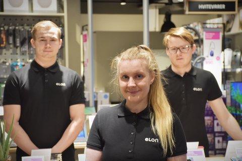 KUNDEFRONTEN: Mats Andre Nordqvist (22), Margrethe Eidshaug (25) og Sindre Lundring (21) utgjør kundefronten i den nye Elon-butikken i Rørvik.