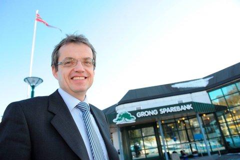 SELGER OG LEIER TILBAKE: Banksjef Jon Håvard Solum vil fortsatt ha sjefskontoret sitt i Bankgården i Grong. Grong Sparebank selger eiendommen for 31 millioner kroner, og inngår samtidig en langsiktig avtale om å leie lokalene.