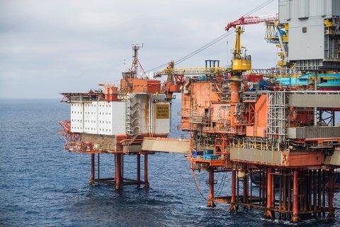FALLER FORTSATT: Norsk industriomsetning falt med 3,8 prosent fra mai-juli 2020. Blant annet byggingen av skip og oljeplattformer bidro negativt med lavere omsetning i perioden. Her Valhall-feltet, Nordsjøen.