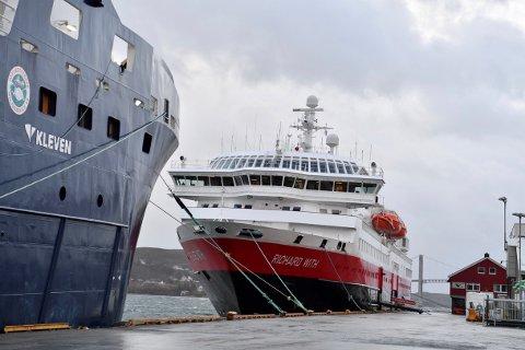 Hurtigruten, her til kais i Rørvik med MS Richard With, har forlenget avtalen med Samferdselsdepartementet som sikrer fem skip i rutefart mellom Bergen og Kirkenes.