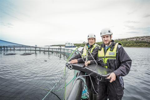 FYLLER PÅ MED TEKNOLOGI: Stadig mer sensorikk og kamerateknologi finner veien ned i norske oppdrettsmerder. Nå har havbrukskonsernet NRS Farming inngått kontrakt med trondheimsselskapet Optoscale, her representert ved Einar Wangberg (bak) og Sven Kolstø.
