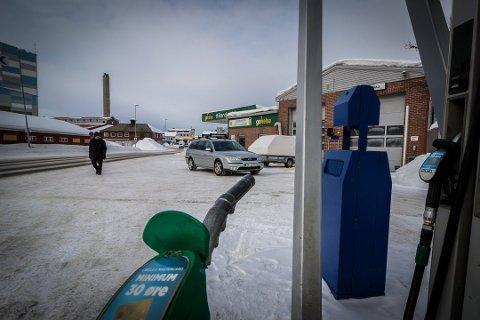 DYRERE: Det er blitt mye dyrere å fylle bensin.