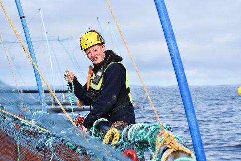 UNG LEDER: Fredrik Dahle Klocke (24) så tidlig mulighetene i den lokale oppdrettsnæringa i Flatanger. Jobben som lokalitetsleder i Bjørøya innebærer ansvar for store økonomiske og biologiske verdier.