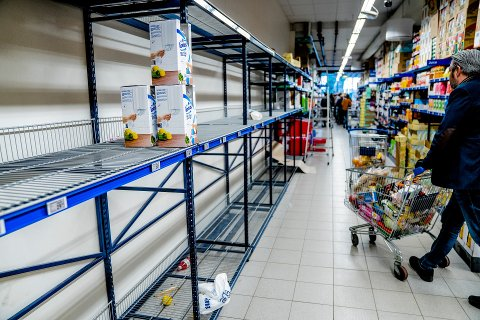 Tomme butikkhyller ble et vanlig syn da Norge stengte ned 12. mars 2020. Omsetningen i dagligvarehandelen økte mye i fjor.