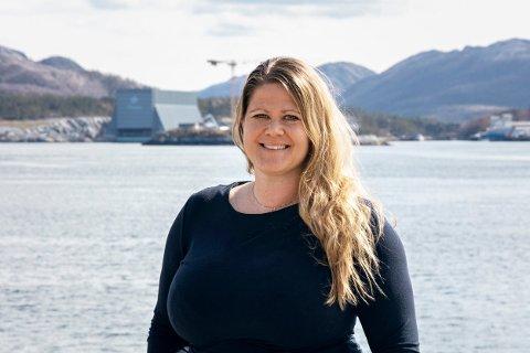 OVER SUNDET: Sunniva Nicolaisen går fra stillingen som banksjef i Rørvik til jobben som viseadministrerende konsernsjef i verftskonsernet Moen. I bakgrunnen skimtes Moens tørrdokk på Purkholmen ved Nærøysundet.