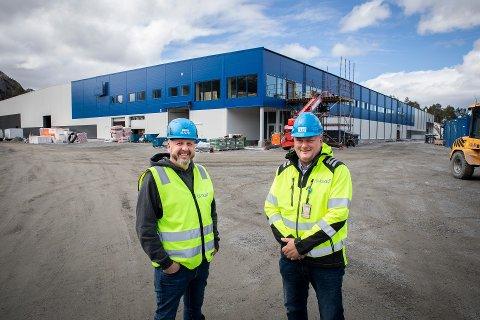 SAMLER KOMPETANSEN: Gjennom byggingen av Svaberget Smolt har Thomas Re Johnsen (administrerende direktør i LLENTAB Norge, til venstre) og daglig leder Arne Magne Galguften i GL-Bygg stått for den bygningsmessige innpakkinga av adskillige mengder havbruksteknologi. Nå viderefører de to selskapene samarbeidet for å skaffe seg et enda sterkere fotfeste i oppdrettsnæringa.