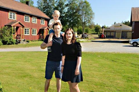 HJEMME: Heimplassen til Ingeborg rommer det familien ønsker. De har jobber og kan i tillegg utvikle egen arbeidsplass på gården. De har god plass omgitt av naturen de er så glade i. Det var dette Petter og Ingeborg ønsket seg da de flyttet til Snåsa.