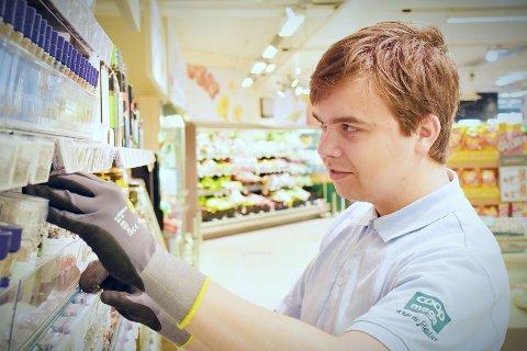 PÅ JOBB: Mens sola steiker ute tilbringer Bendik Emilsen (17) dagene på jobb som butikkmedarbeider. – Det er godt å ha noe å gjøre, sier den unge arbeidstakeren.
