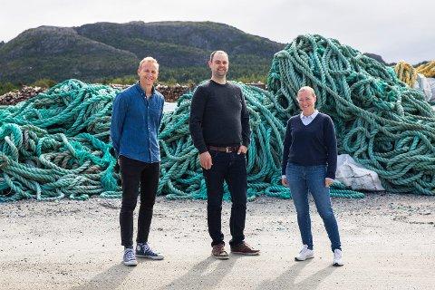 REKRUTTERER: Øyvind Sandnes (i midten) er stolt over at Oceanize er attraktiv både for tunge forskningsmiljøer og jobbsøkere. Tormod Steen og Trude Vareide Giskås representerer sistnevnte kategori. Duoen skal nå lede FoU-arbeidet i selskapet.