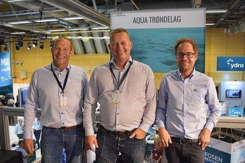 TRIO PÅ MESSE: Hans Jørgen Eilertsen (i midten) er ansatt som salgsleder i Moen Verft. Paul Ingvar Dekkerhus (adm. dir. i Moen Verft) og Lars Mælen (daglig leder i Moen Ship Management) setter pris på forsterkningen.
