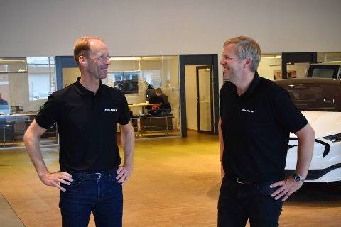 ELEKTRISK STEMNING: Både 2020-tallene og tingenes generelle tilstand gir Otto Moe (til venstre) og Gisle Langli god grunn til å smile om dagen. I året vi er inne i sørger elektriske storselgere for å drive salget til himmels for bilforhandleren.