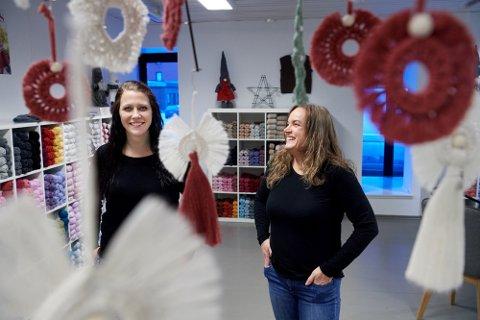 GIR SEG: May-Lillian Berntsen (til venstre) og Hilde Kristin Påsche tok en sjanse, men var ved godt mot da de åpnet garnbutikk i Namsos i fjor. Nå kaster de kortene etter at det ikke var mulig å kombinere egne omsetningsmål med en global koronapandemi. Arkivfoto: Bjørn Tore Ness