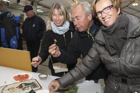 ÅRETS FØRSTE RAKFISK: Esther Vedvik Hansen, Arild Hansen og Nina Horn Steindebakken smakte på fisken til Trøsvik.