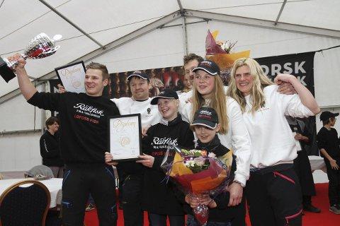VINNERE: Familiene Røn kunne feire 50 års jubileums som rakfiskprodusenter. De eier både Lofoss fisk som hadde den beste fisken og Røn Gards fisk som bare var poenget bak. Foto: Geir Norling