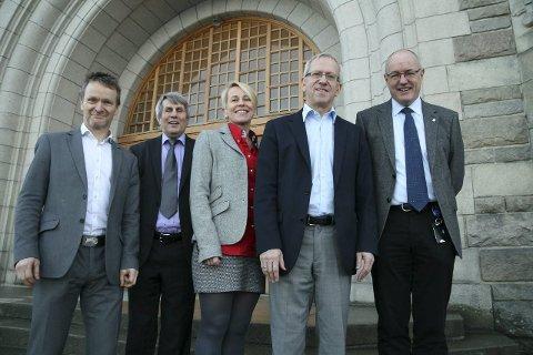 Foto fra fusjonsinngåelsen: F.v. : Helge Klungland, Høgskolen i Sør-Trøndelag;  Arne Erik Holdø, Narvik;  Marianne Synnes, Ålesund;  Jørn Wroldsen, Gjøvik og Gunnar Bovim, NTNU.