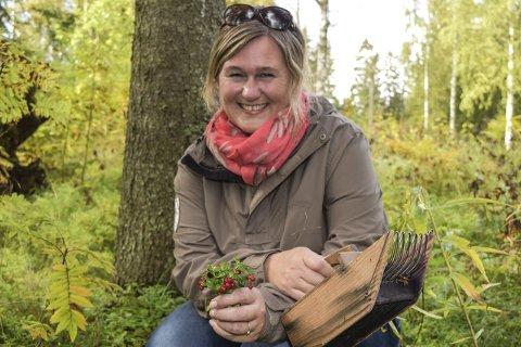 MÅNEDSVINNER: Tanja Nicolaisen fra              Lena setter pris på den gode bærhøsten. Hun er månedsvinner for august i konkurransen «Friluftsliv med OA».Foto: Sæmund Moshagen