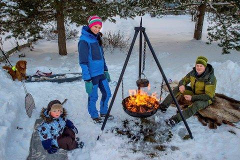 Turglade: – Vi er ute så ofte vi kan, sier Camilla Wangen som tok med seg mannen Sindre Kval Bakkeli, sønnen Jørgen og hunden Jaro på nyttårsfeiring i lavvo på Totenåsen.